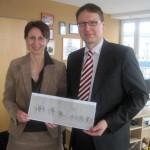 Katja Müller und Olaf Granzow von der Sparda-Bank übergaben eine 5000-Euro-Spende für den Festumzug an Oberbürgermeisterin Angelika Gramkow.
